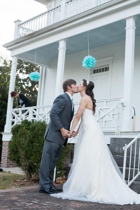 bridal-kiss